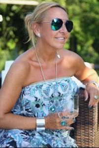 Jag hade på mej en blommig Dagmar klänning som jag matchade med Ioaku smycken i silver. Solglasögonen har jag fått av min fantastiska vännina Fanny, som honköpt i LA.